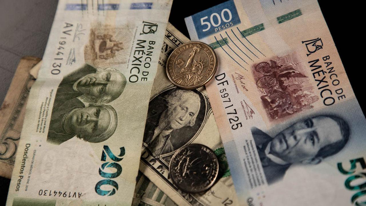 Peso gana y BMV retrocede; mercado espera decisión de Banxico