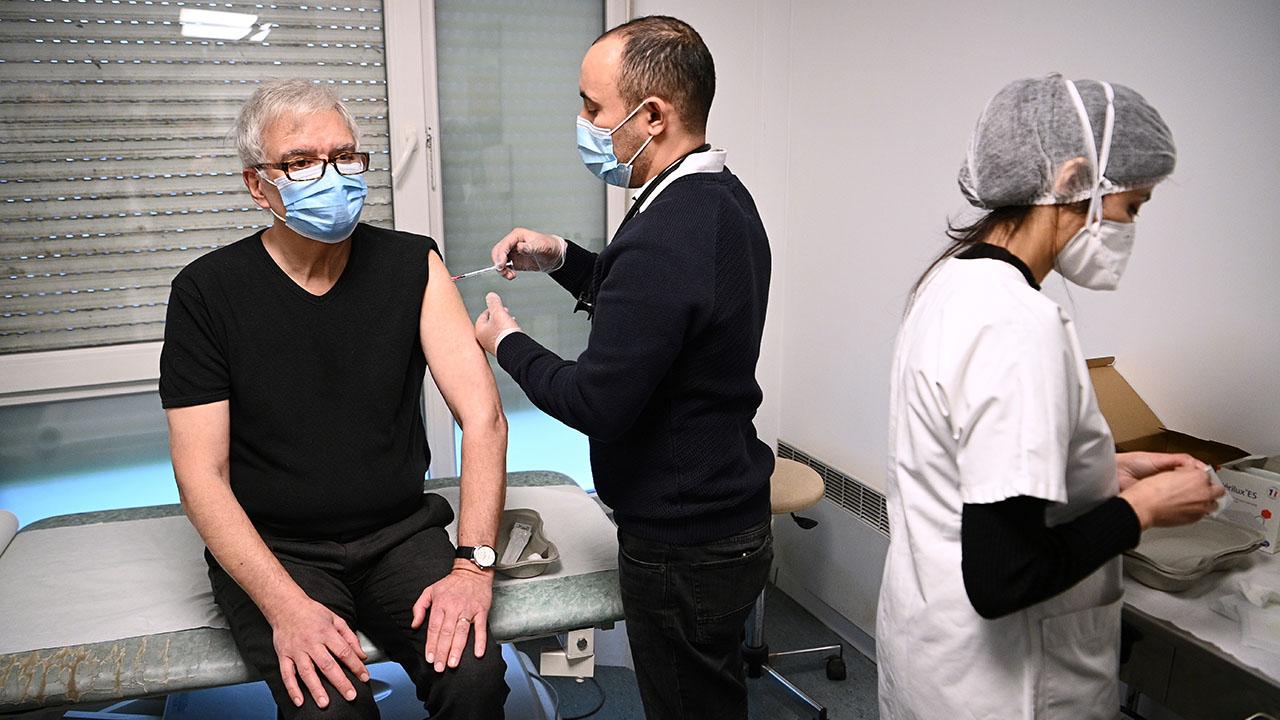 Francia creará más 'vacunódromos' para acelerar ritmo de inoculaciones