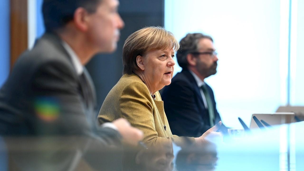 Merkel ofrece apoyo a Moscú para entrada de vacuna rusa Sputnik V a UE