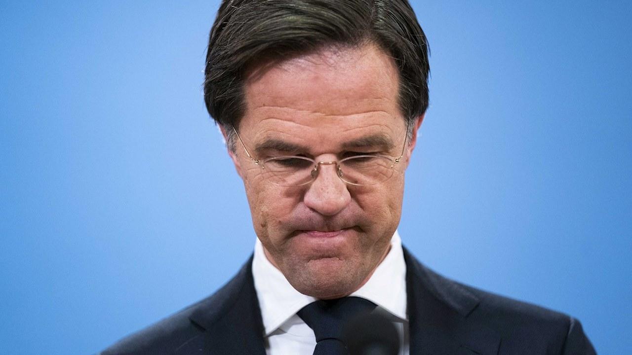Gobierno de Países Bajos renuncia por escándalo de subsidios a familias