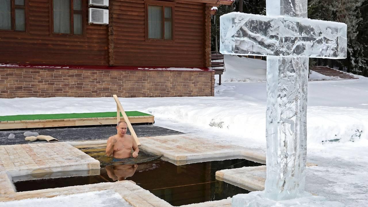 Putin entra en agua helada en la Epifanía ortodoxa pese a pandemia