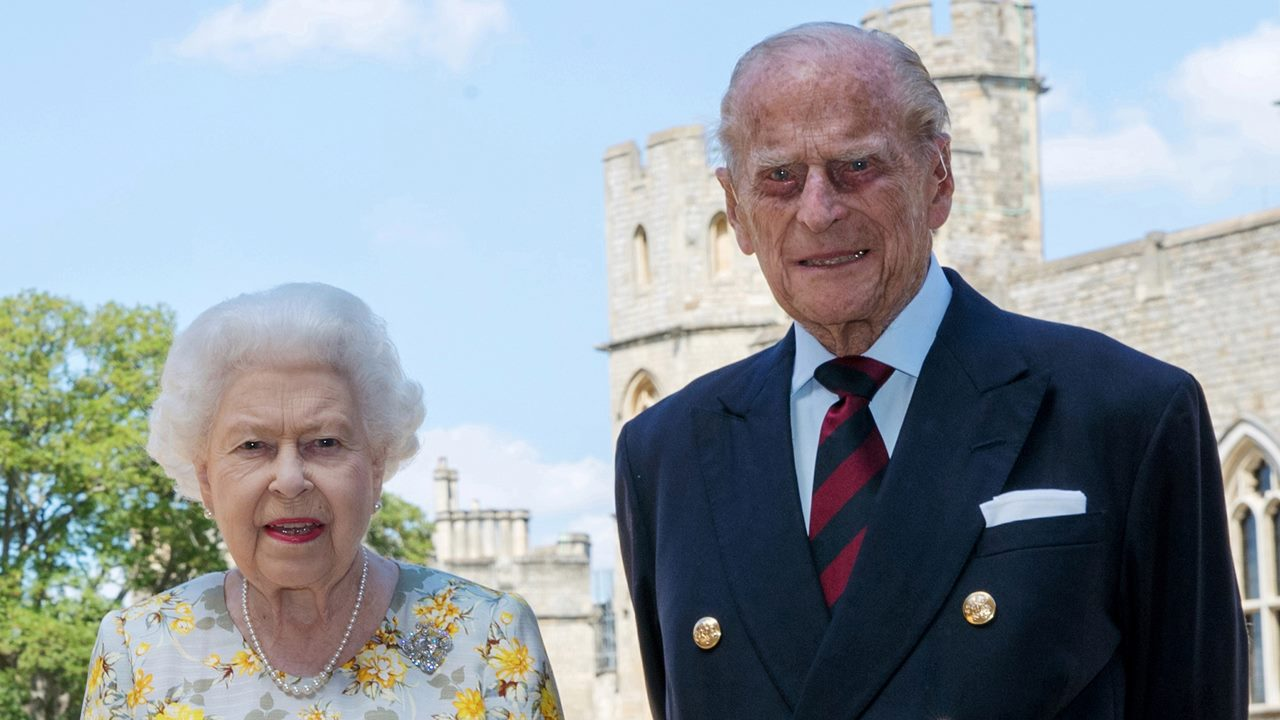 Reina Isabel y su marido reciben vacuna contra Covid-19