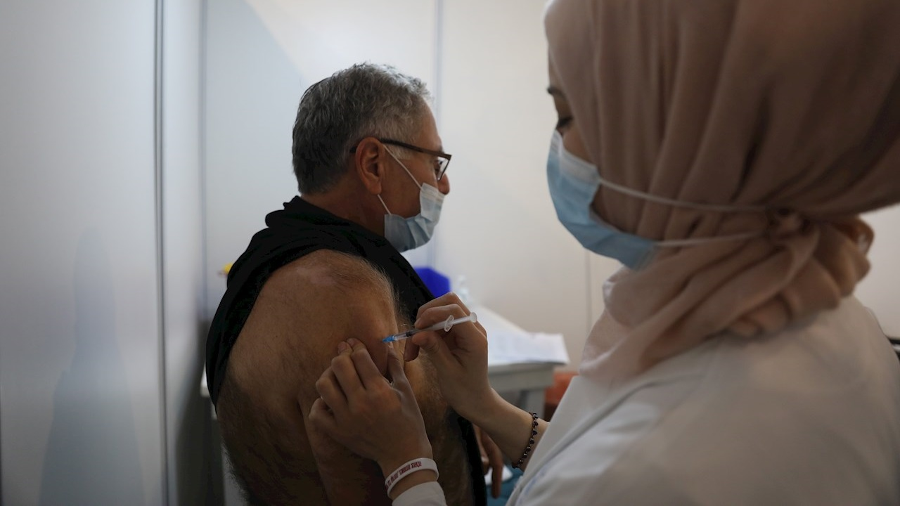 Israel aprueba ley que permite compartir la identidad de los no vacunados