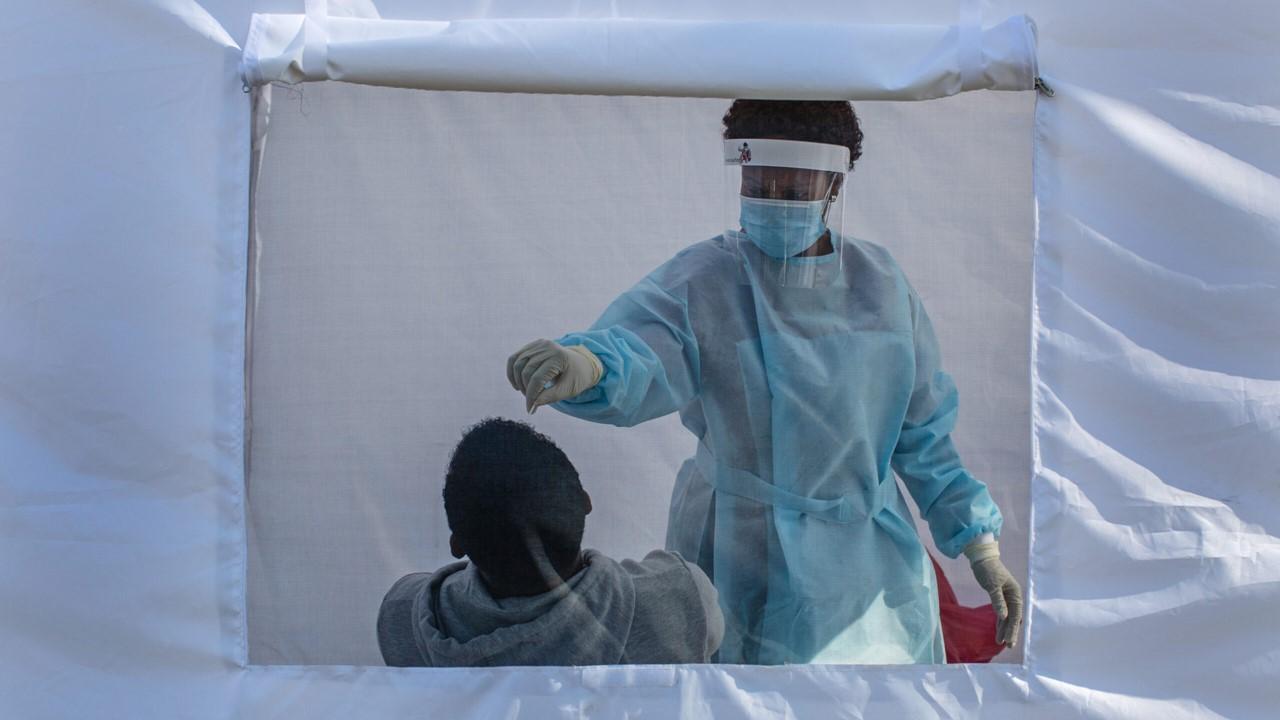 Variante sudafricana de Covid-19 evade tratamiento con plasma; preocupan vacunas