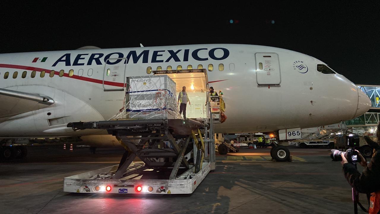 Llega a México vacuna a granel de AstraZeneca desde Argentina
