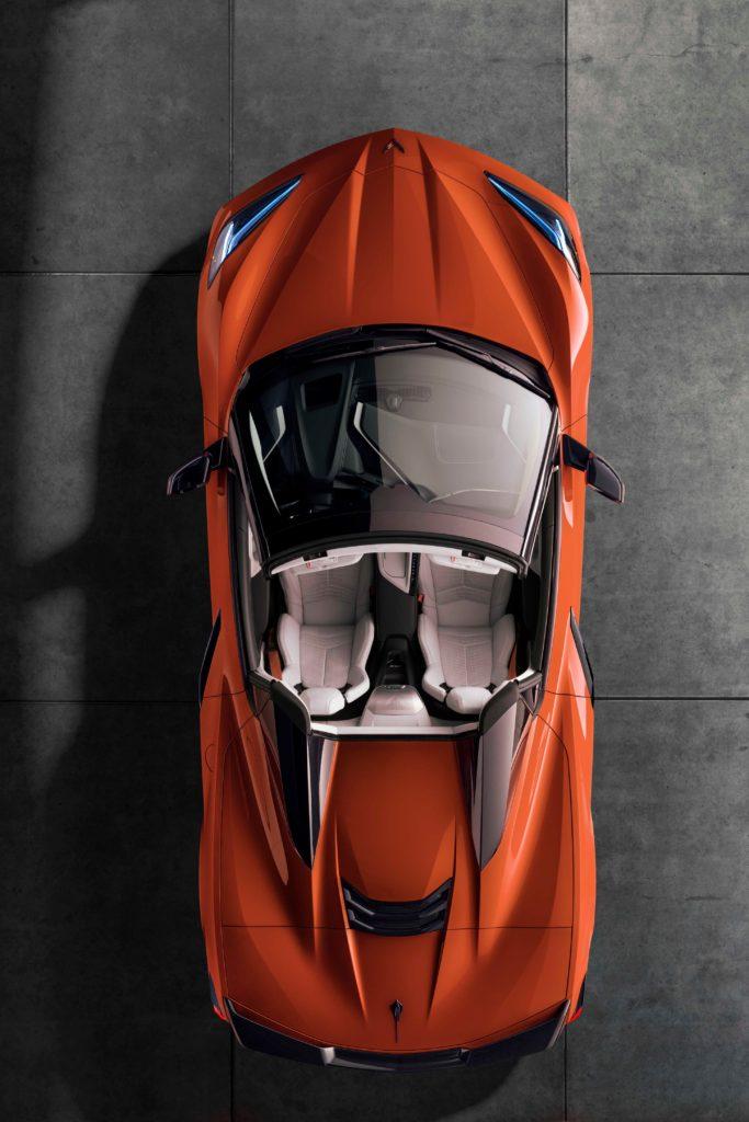 toma aerea del Corvette Convertible  en tono naranja