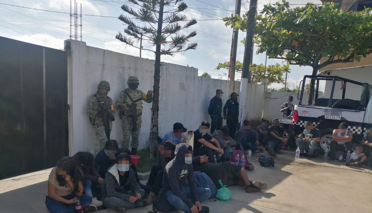 Hallan en Veracruz 233 migrantes abandonados en tráiler