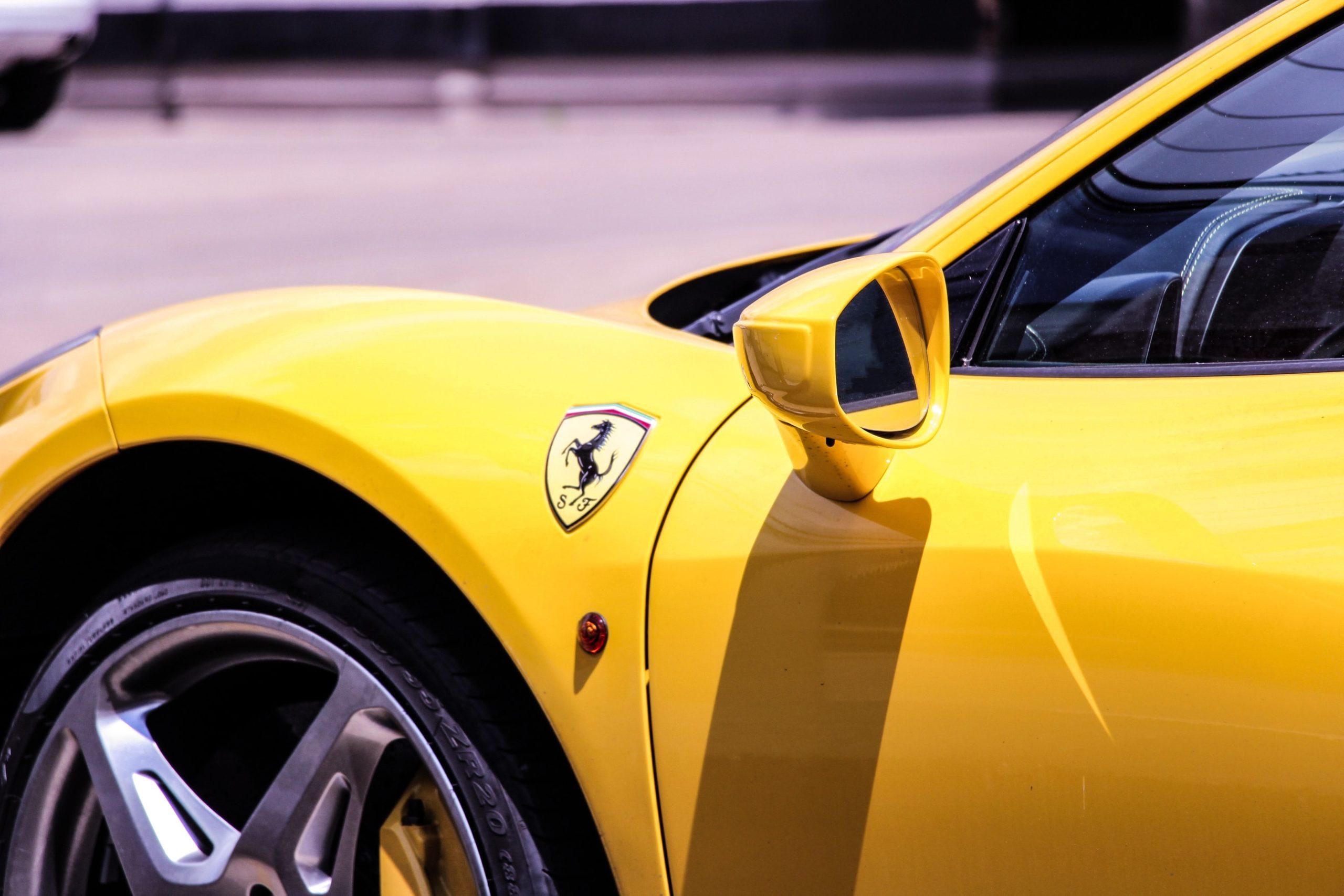 Ferrari gana 24% más hasta marzo pero aplaza objetivos de 2022