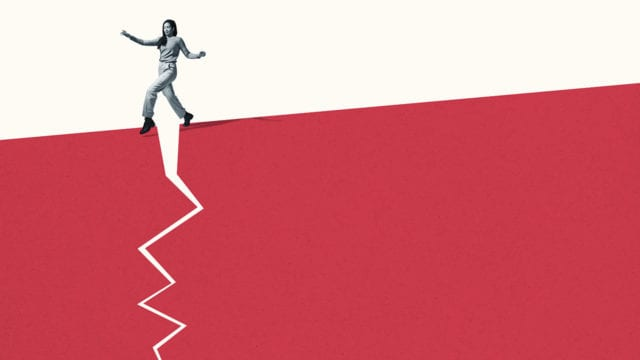Mujer caminando sigilosamente sobre la acera roja rota (P-W febrero pag. 14 )