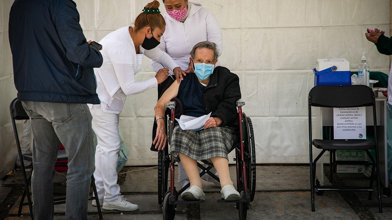 Vacunación a adultos mayores avanzó 10% en el primer día: López-Gatell