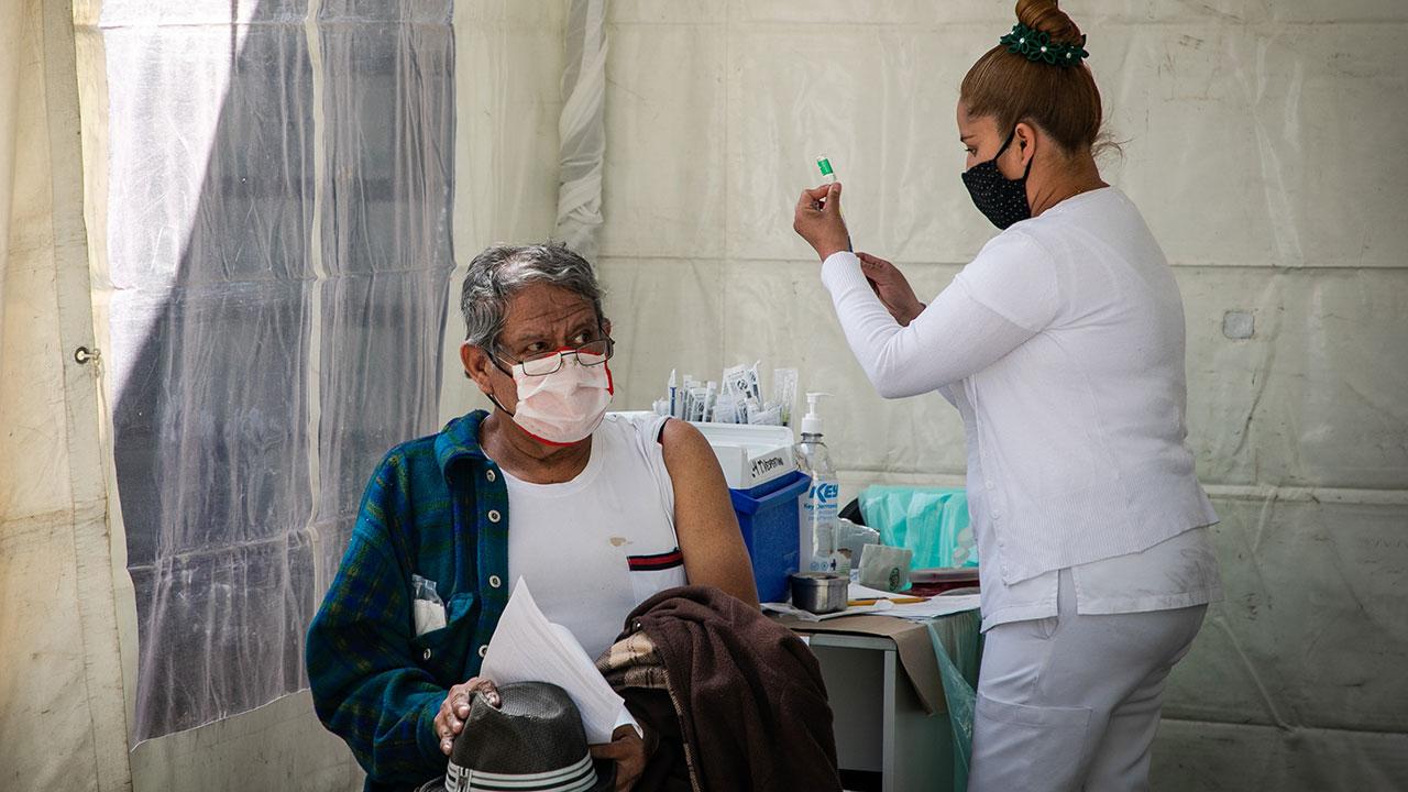Salud confirma muerte de mujer de 75 años tras ser vacunada en Hidalgo