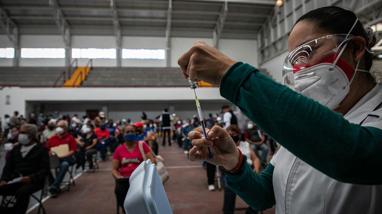 Alistan vacuna para maestros y personal de escuelas en la CDMX