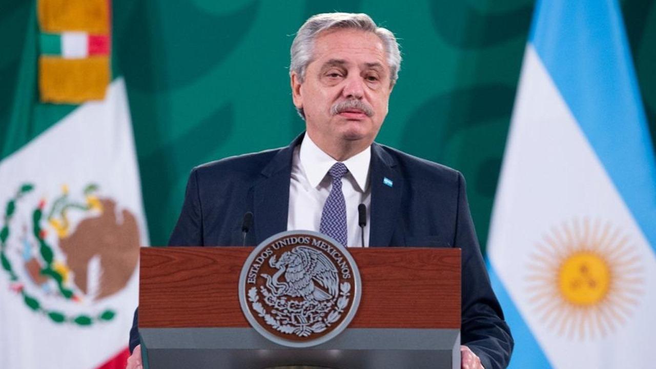 Presidente defiende vacunación, pide indagar a antecesores… y no es AMLO, es el de Argentina