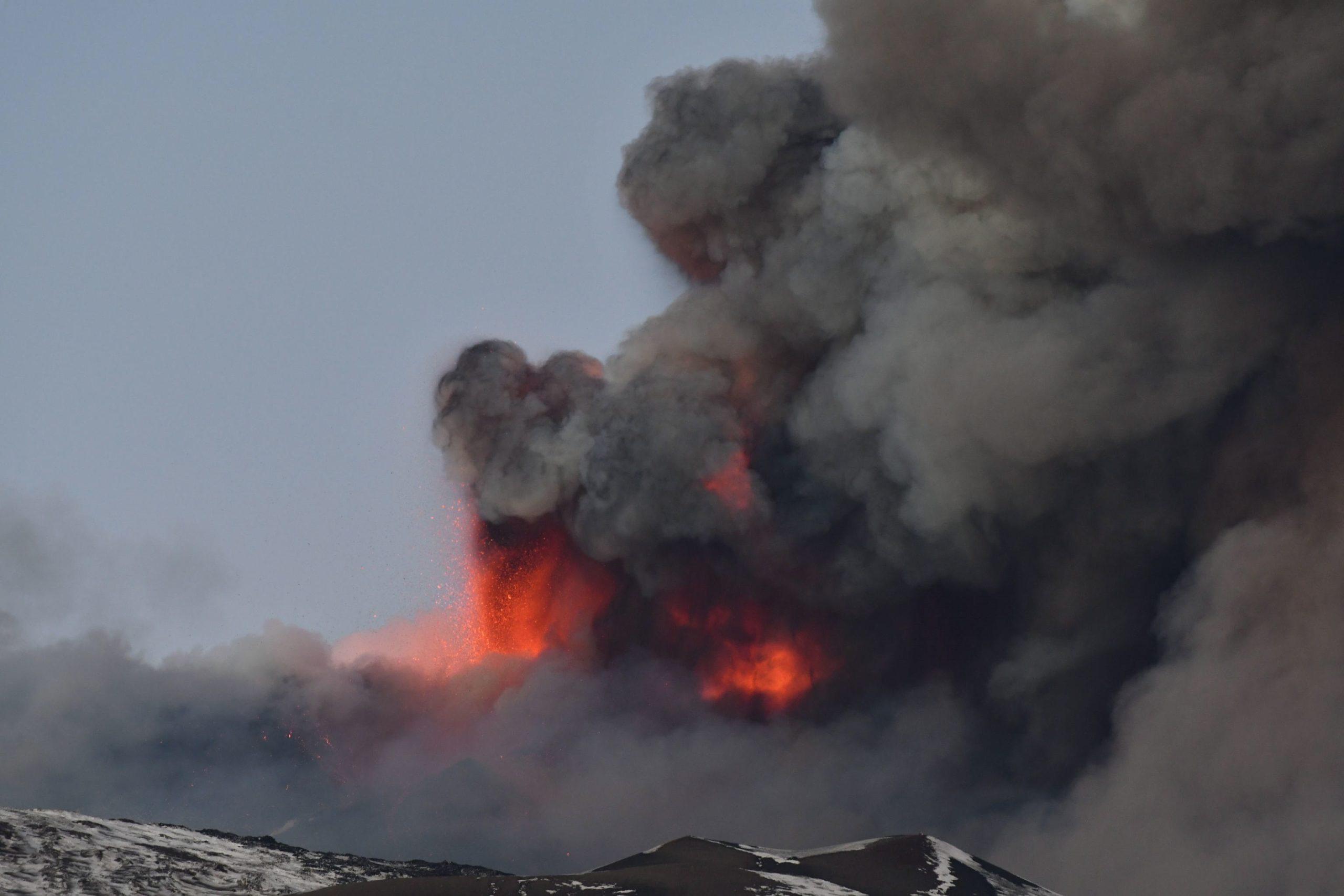 Italia cierra el aeropuerto de Catania por erupción en el volcán Etna