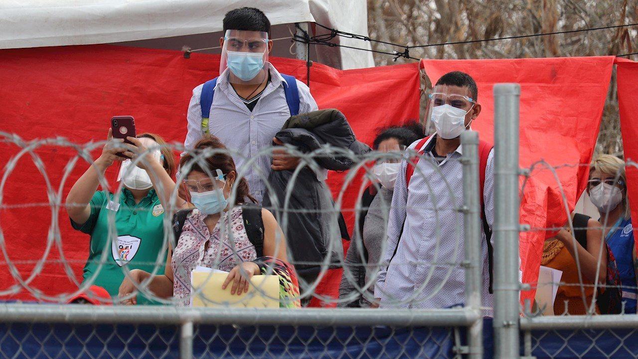 Sepultan política de Trump: migrantes cruzan frontera por asilo