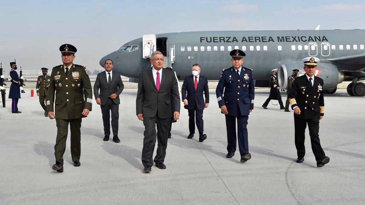 AMLO estrena las pistas del aeropuerto de Santa Lucía