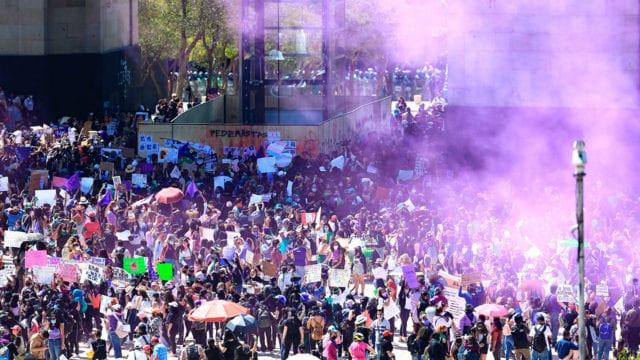 Mujeres activistas protestan durante el Día Internacional de la Mujer en Ciudad de México