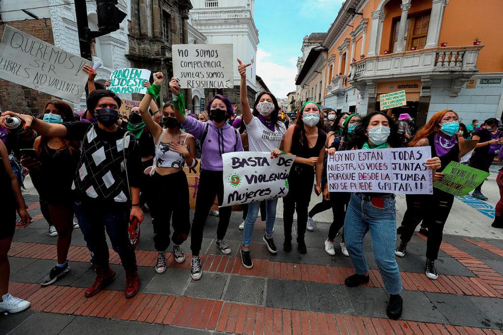 Mujeres marchan en Quito por el Día de la Mujer