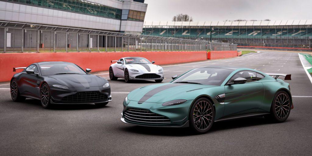 autos en color negro, verde y blanco de Aston Martin en una pista de carreras.