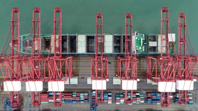 Un carguero oceánico encierra las mercancías en el muelle. Ciudad de Lianyungang, provincia de Jiangsu, China(P-W marzo pag 16)