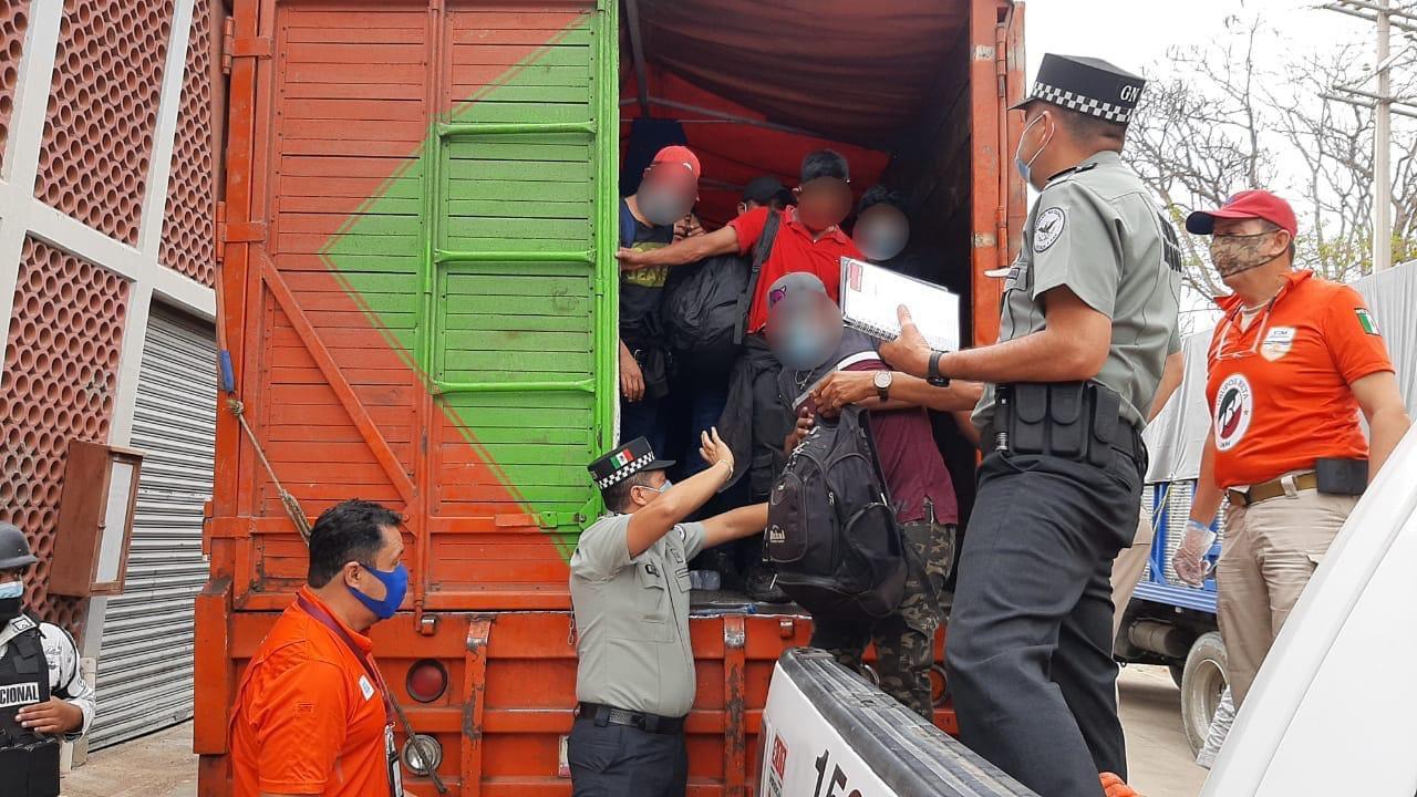 INM localiza 329 migrantes dentro de 3 camiones en Chiapas