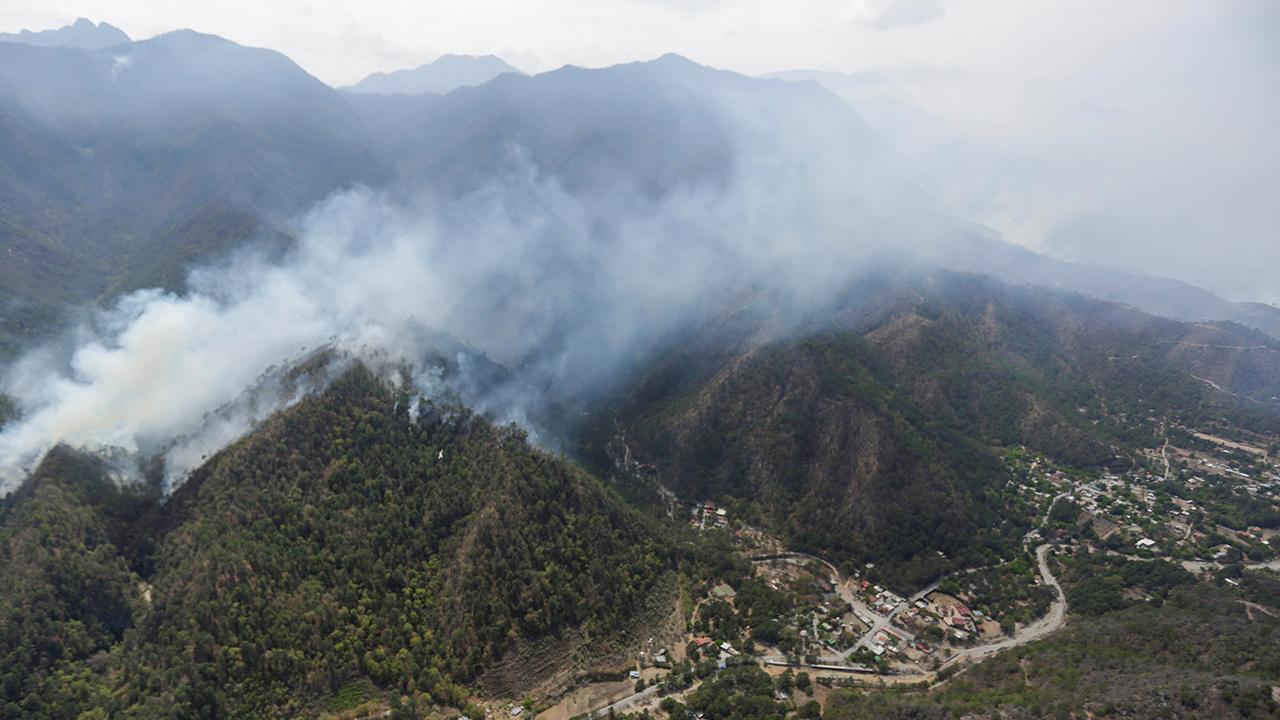 'Bombardean' nubes para causar lluvias y apagar incendio en Nuevo León
