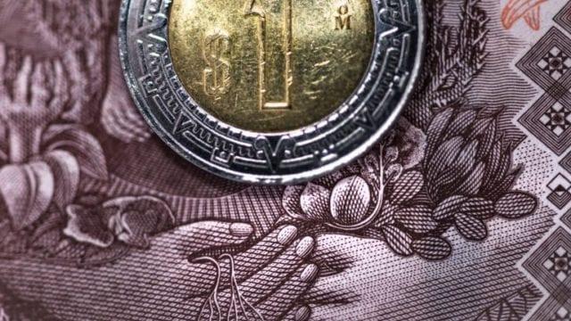 Peso cae tras aprobación de reforma eléctrica, Cemex anima a bolsa