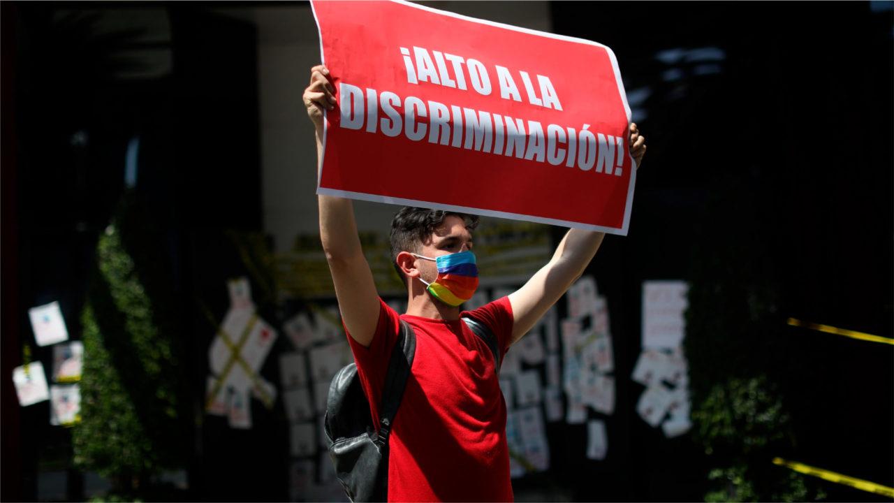Protestan contra Volaris por discriminar a joven con VIH