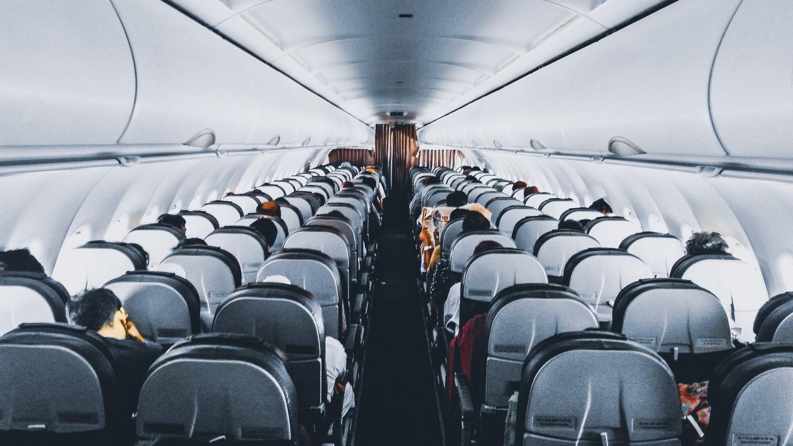 Desmienten: viajar en avión no sube riesgo de trombos a vacunados contra Covid-19