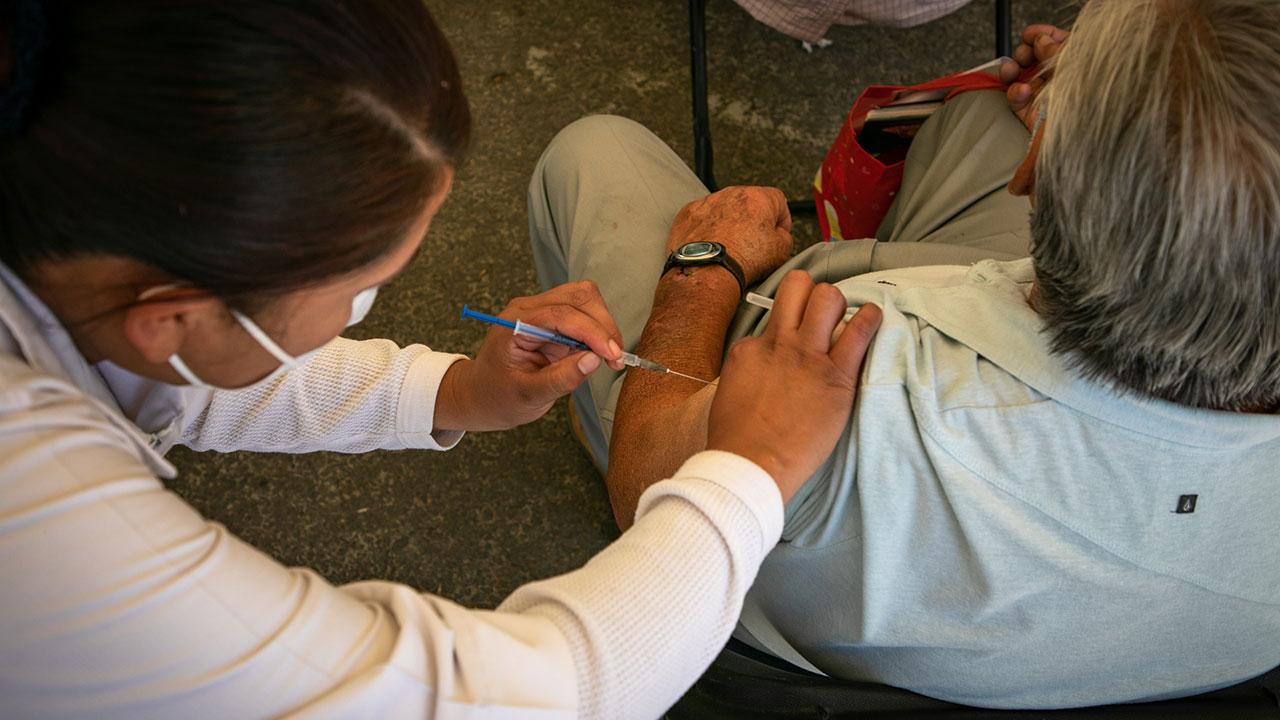 México acelera vacunación de adultos mayores tras escándalo por jeringa vacía