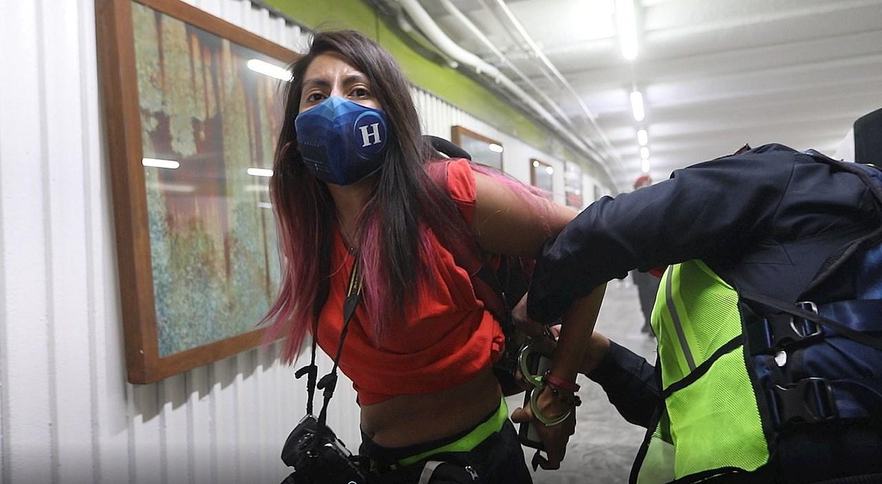 Policías de CDMX golpean a fotoperiodistas en marcha del #8M2021