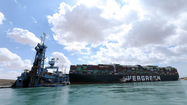 Esfuerzos por desbloquear Canal de Suez aumentan; EU espera impacto en energía