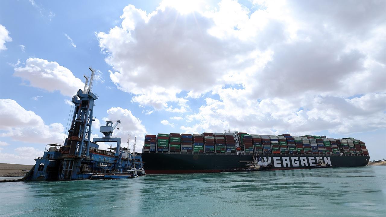 Reaseguradoras tendrían grandes pérdidas por bloqueo al Canal de Suez: Fitch