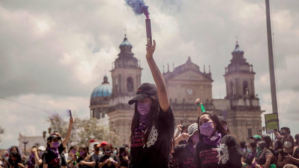 Cientos de mujeres marchan por las calles del Centro Histórico de Guatemala