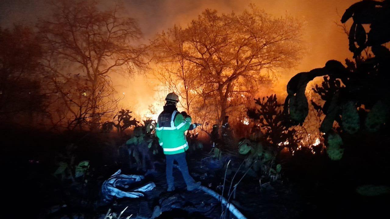 Tras 9 horas de trabajos, sofocan incendio en Periférico Sur al 98%