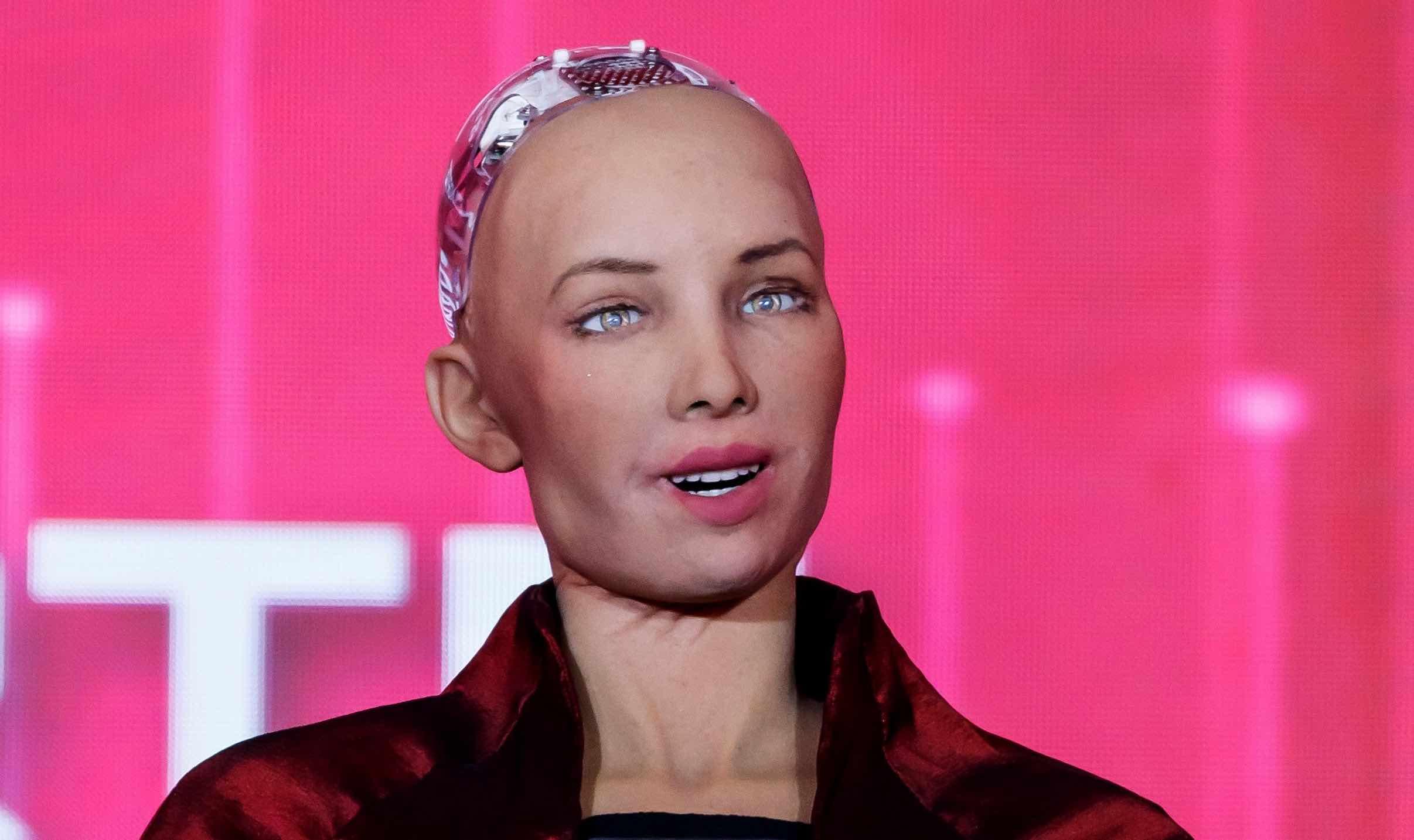 Subastan obra de Sophia, el robot que ahora es artista