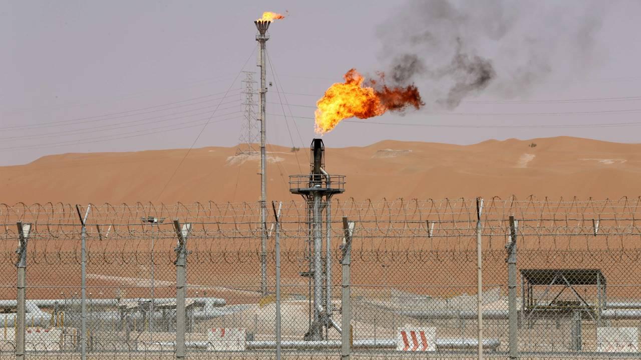 Ataques a instalaciones petroleras de Arabia Saudita elevan crudo a máximos de 2 años