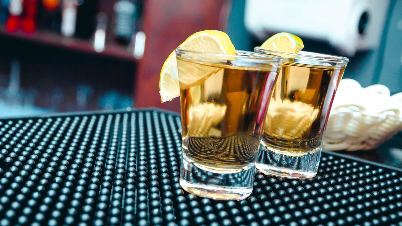 Cierre de bares pega al tequila: consumo cae 4% en 2020