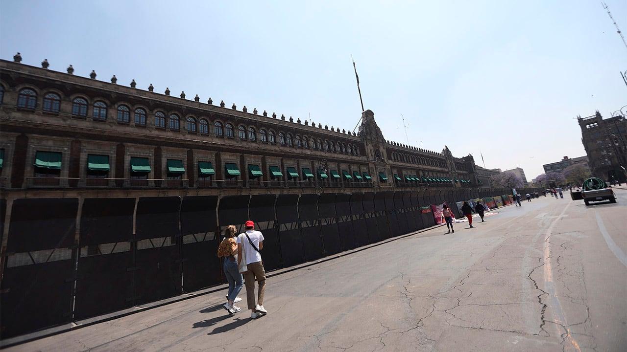 AMLO afirma que colocación de vallas en Palacio Nacional no es miedo