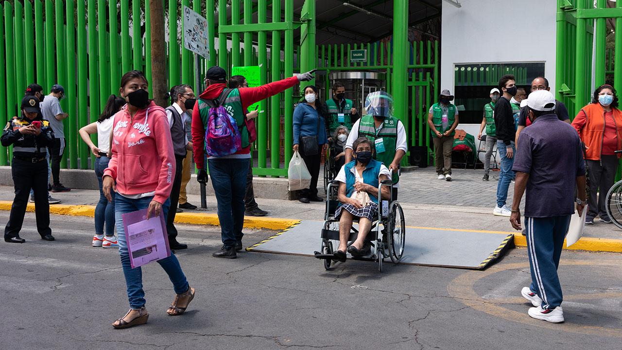 Fotogalería: Llega por fin la vacuna a Iztapalapa, la alcaldía más afectada por Covid-19