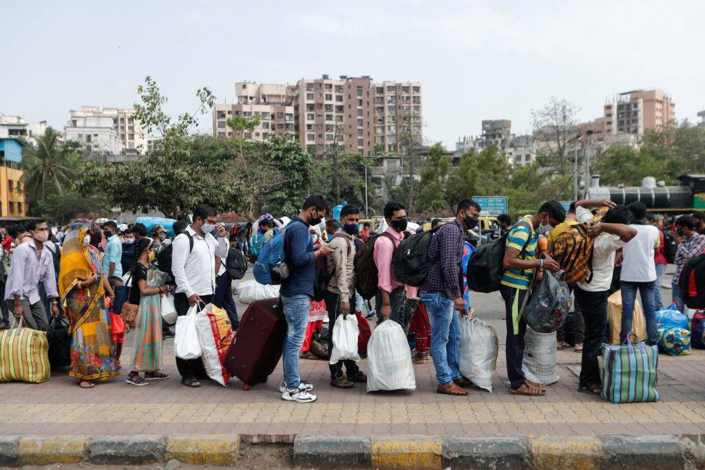Fila trenes Mumbai Covid-19
