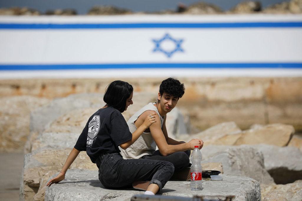 Israel mascarilla rescinds outdoor coronavirus mask requirement