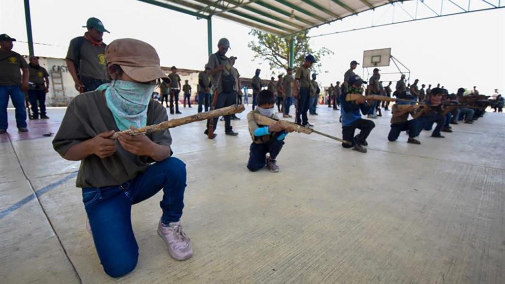 Niños policía comunitaria en México.