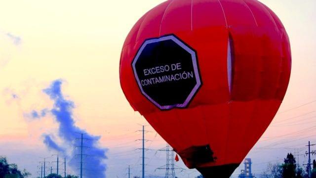 Miembros de Greenpeace vuelan hoy un globo aerostático sobre la termoeléctrica de Tula, en el estado de Hidalgo (México) / Foto: EFE/Carlos Ramírez