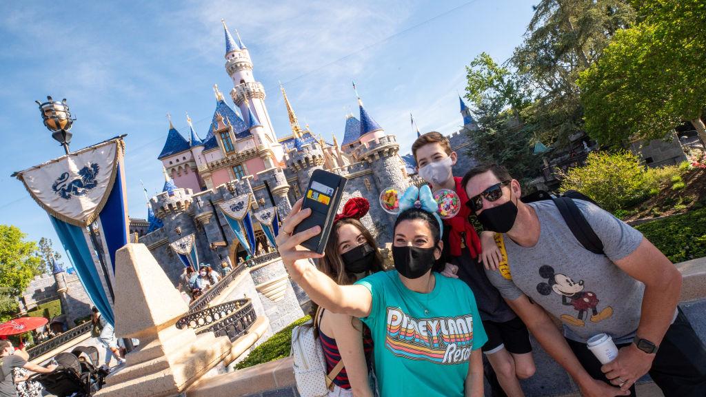 Disneyland reabre tras el cierre de un año