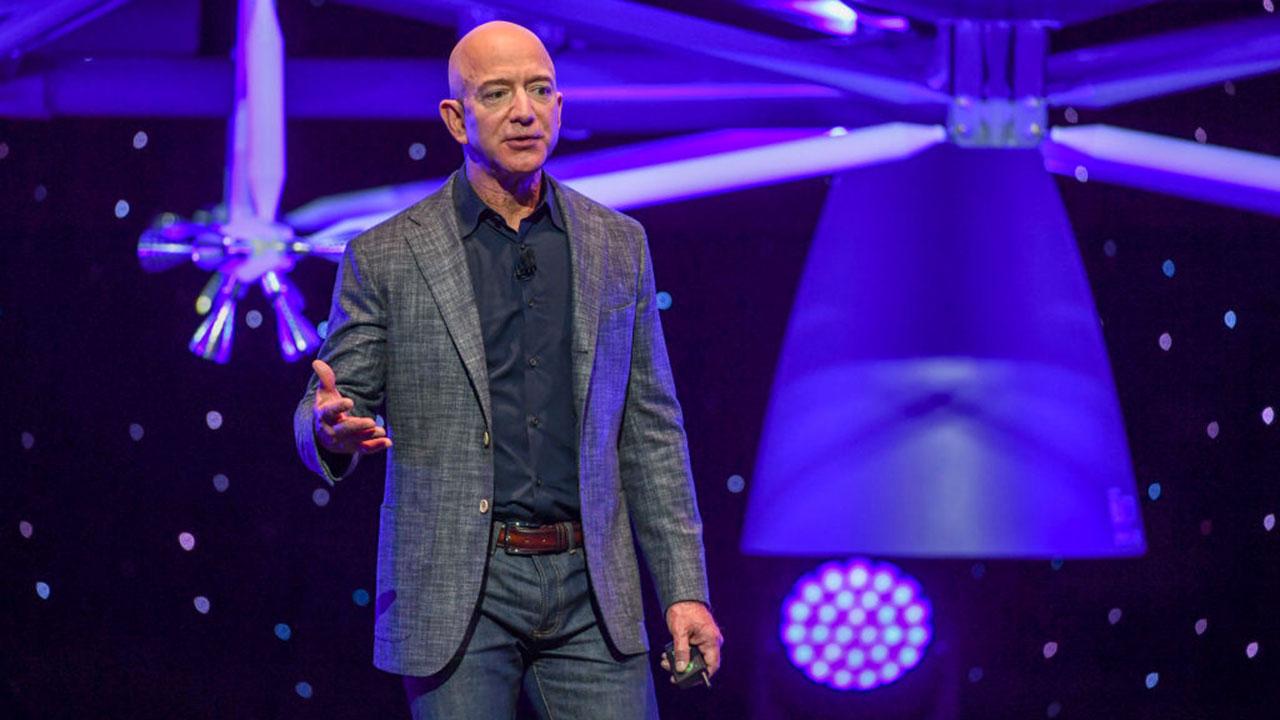 Bezos vende acciones de Amazon por 2,400 mdd antes de dejar dirección