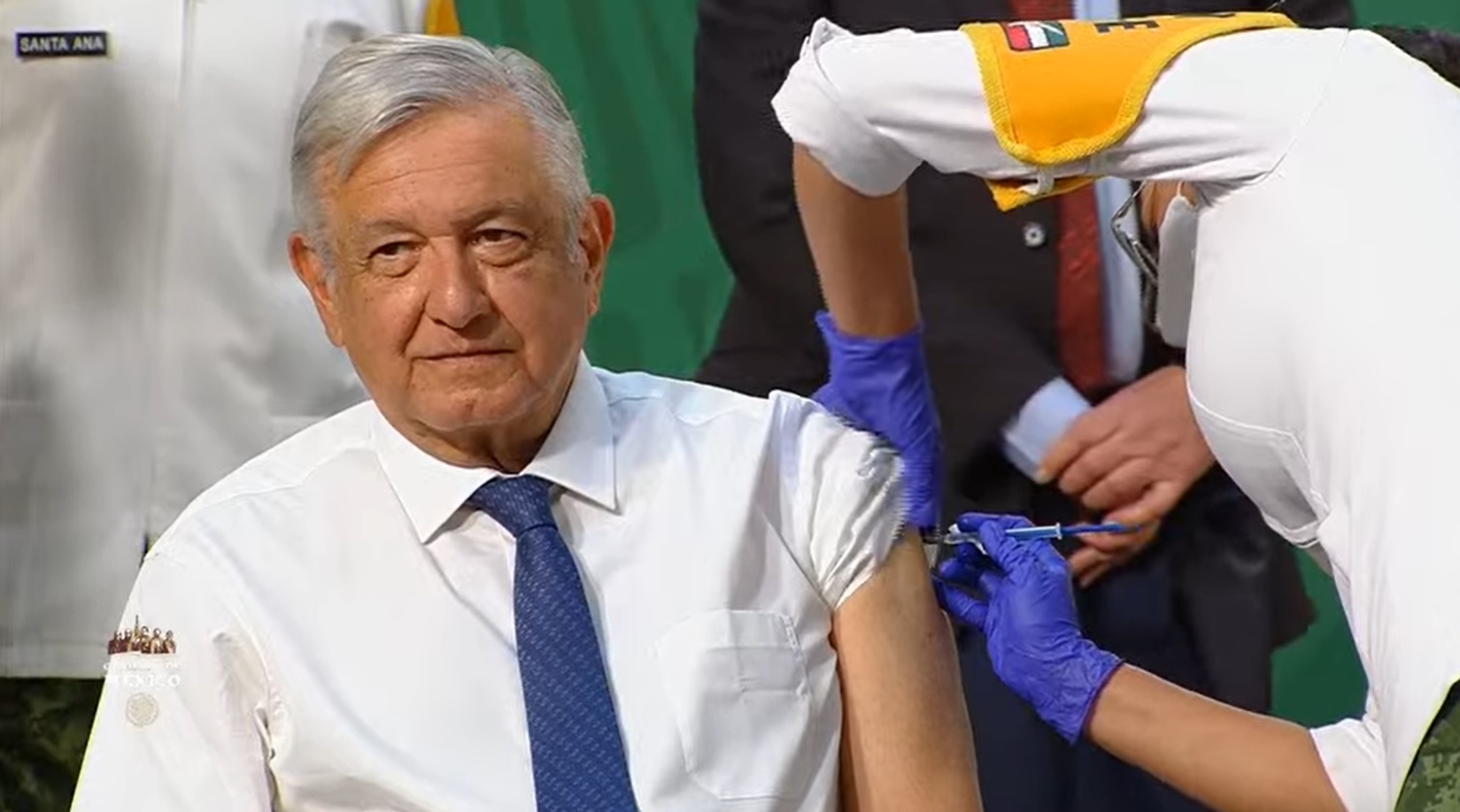 AMLO recibe vacuna contra Covid-19 con dosis de AstraZeneca