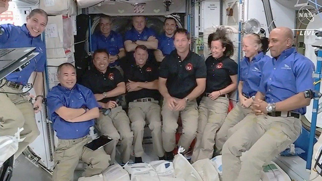 Astronautas llegan a estación espacial a bordo de cápsula de SpaceX