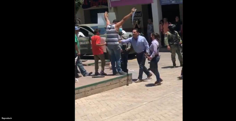 Gobernador de Michoacán agrede a manifestante; encaré a un 'halcón', dice Aureoles