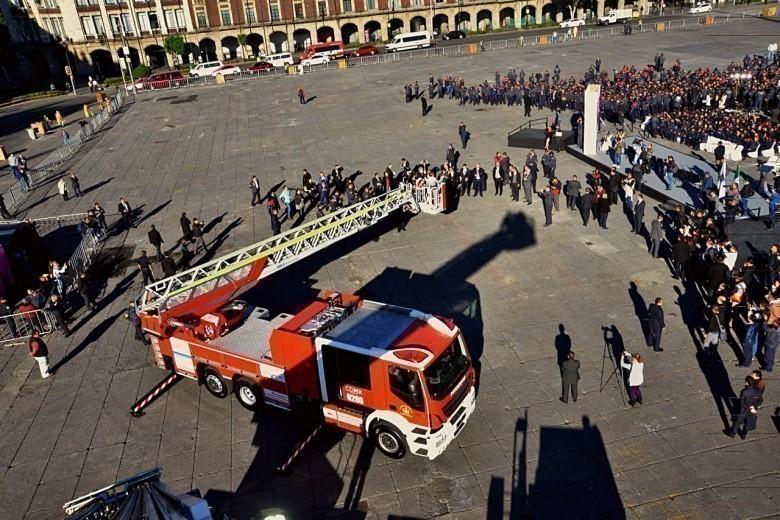 Camiones de Bomberos costaron millones, los presumieron en el Zócalo y hoy están parados